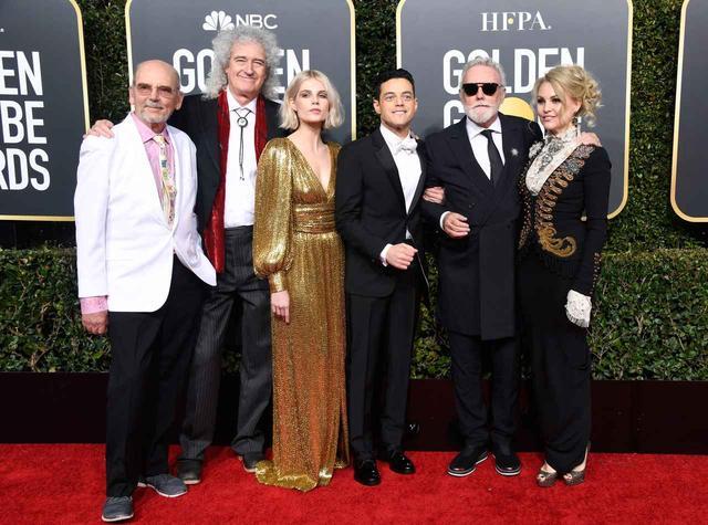 画像: クイーンのマネージャーのジム・ビーチ(左1)、ブライアン・メイ(左2)、ルーシー・ボイントン(左3)、ラミ・マレック(右3)、ロジャー・テイラー(右2)、ロジャーの妻サリナ・ポットギター(右1)