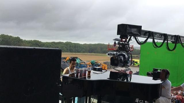 """画像1: Bryan Singer on Instagram: """"Part 2: first shot, first take of @bohemianrhapsodymovie #liveaid #bovingdonairfield @brianmayforreal doing some #3dphotography"""" www.instagram.com"""