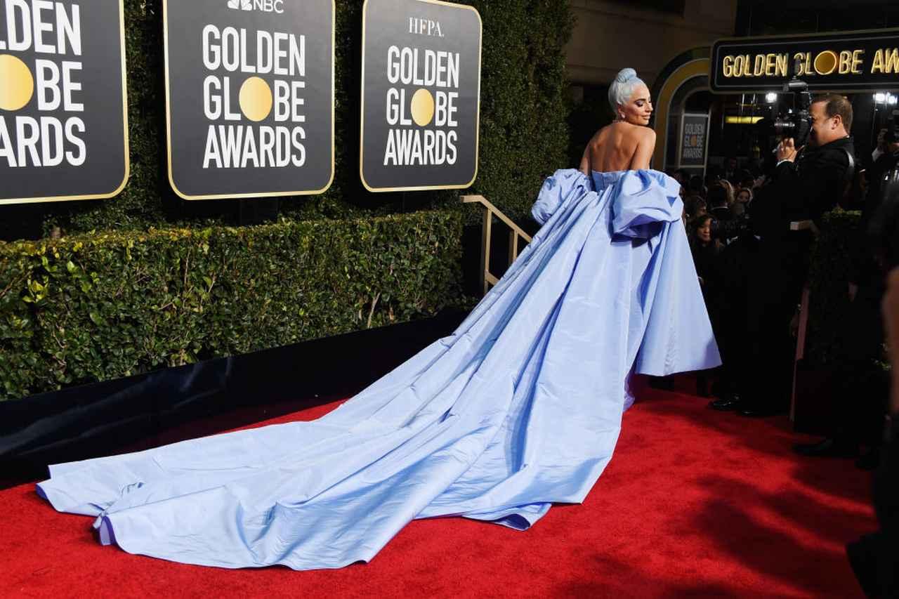 画像2: レディー・ガガがゴールデングローブ賞で「ブルーのドレス」を着たジンとくる理由