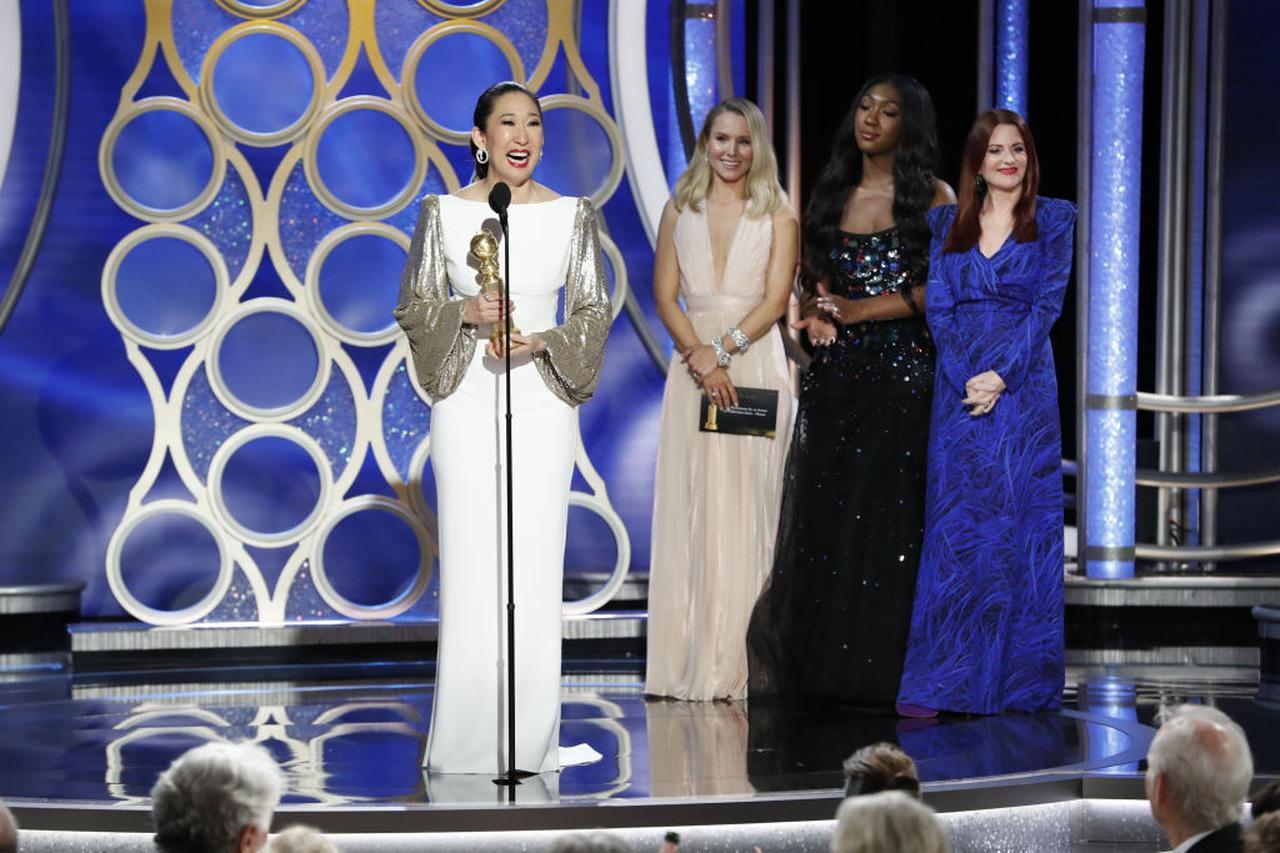 画像: テレビの部ドラマ部門の最優秀主演女優賞を受賞しスピーチを行なうサンドラ。