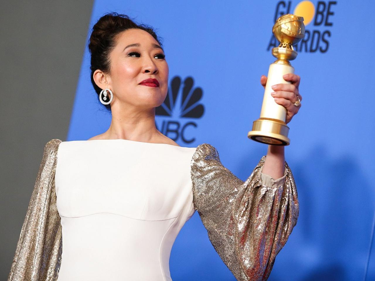 画像: 授賞後、プレスルームで受賞トロフィーを誇らしげに掲げて。