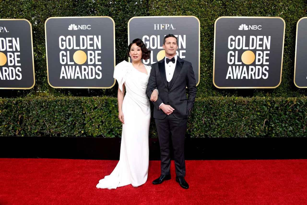画像: レッドカーペットに登場した司会のサンドラ・オーとアンディ・サムバーグ。