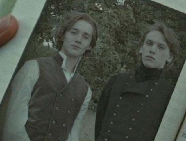 画像: ダンブルドアに扮したトビー(左)とグリンデルバルドに扮したジェイミー(右)。