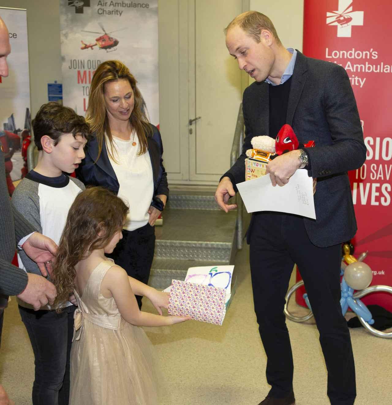 画像: キャサリン妃宛てのバースデーカードをウィリアム王子に渡す子供たち。