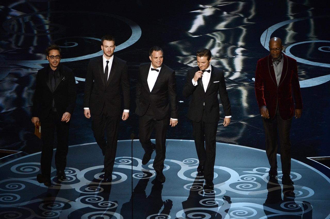 画像: プレゼンターとして第85回アカデミー賞のステージに登場した『アベンジャーズ』のキャストたち。左からロバート・ダウニー・Jr.、クリス・エヴァンス、マーク・ラファロ、ジェレミー・レナ―、サミュエル・L・ジャクソン。