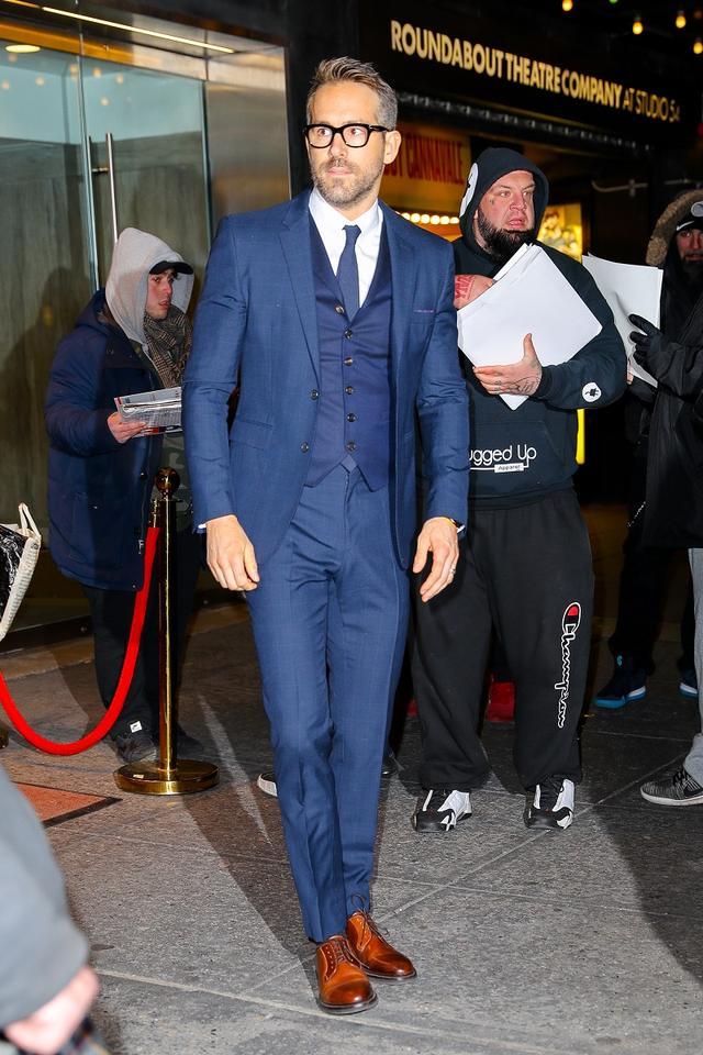 画像: ライアンはブルーのスリーピース・スーツで。