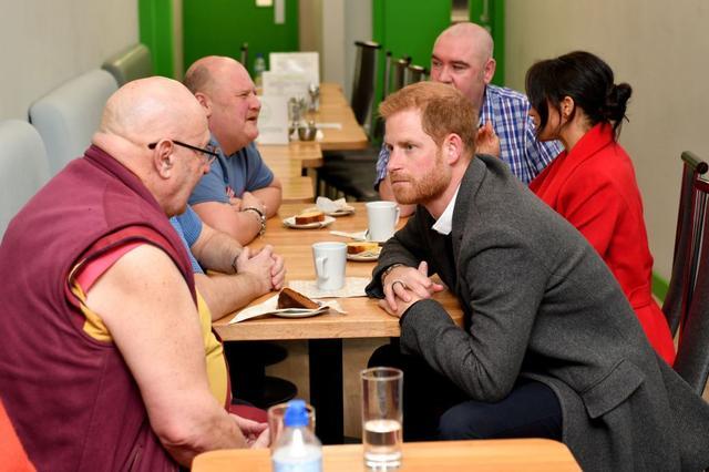 画像: 仏教僧の男性と話し込むヘンリー王子。