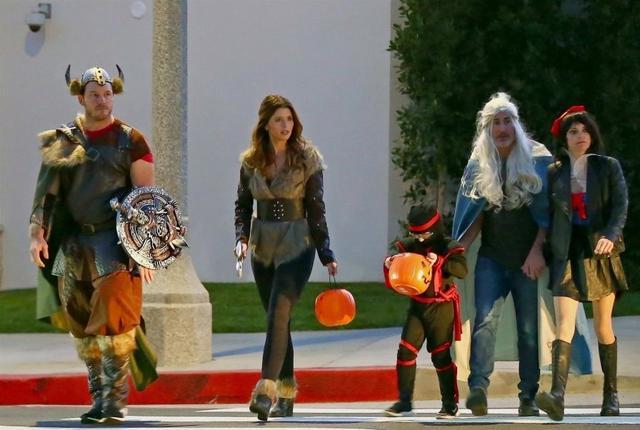 画像: 昨年のハロウィンの時に、クリス、キャサリン、クリス&アンナの息子ジャック君、アンナの恋人マイケル・バレット、そしてアンナの5人で一緒にいるところを目撃された。