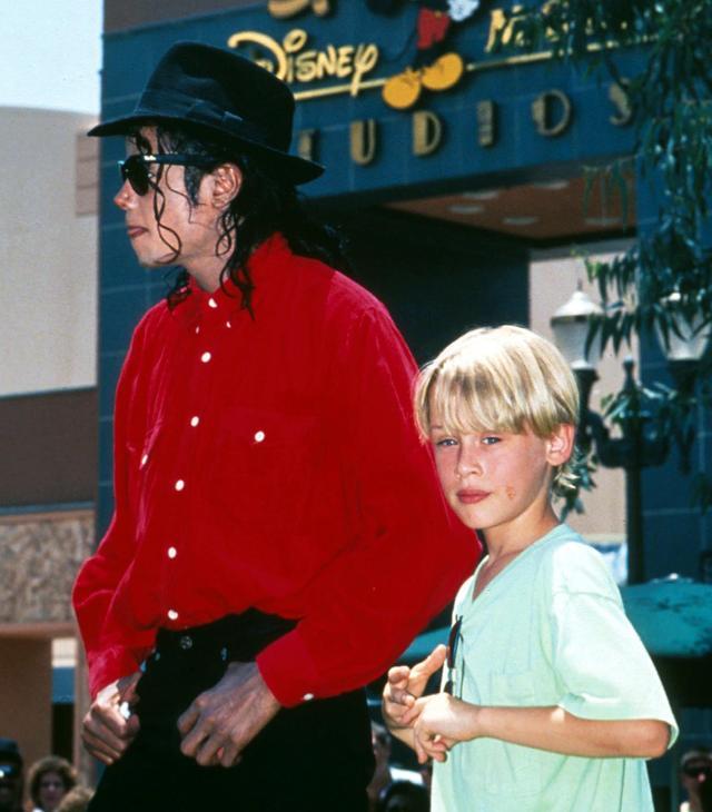 画像: 1991年の初夏にディズニーランドに出かけたマイケルとマコーレー。