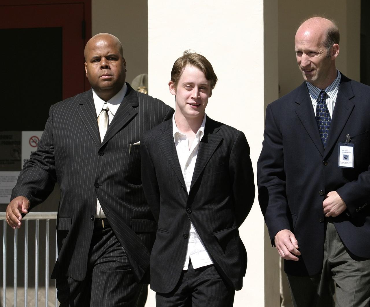 画像: 2005年、マイケルの裁判に証人として出廷した後、裁判所を後にするマコーレー。