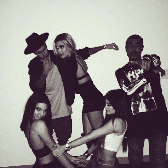 画像: ジャスティン、ヘイリー、ケンダル、カイリーが一緒に写っている貴重な写真。もう1人の男性はシンガーのカリル。
