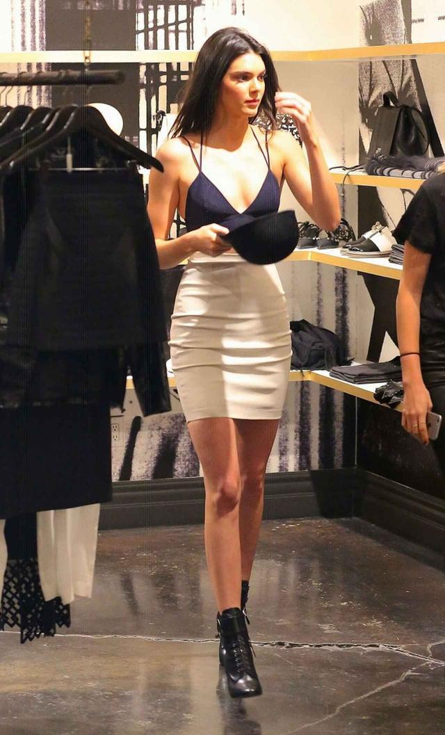 画像: ロサンゼルスのショップでお買いもの中のトップモデル、ケンダル・ジェンナー。