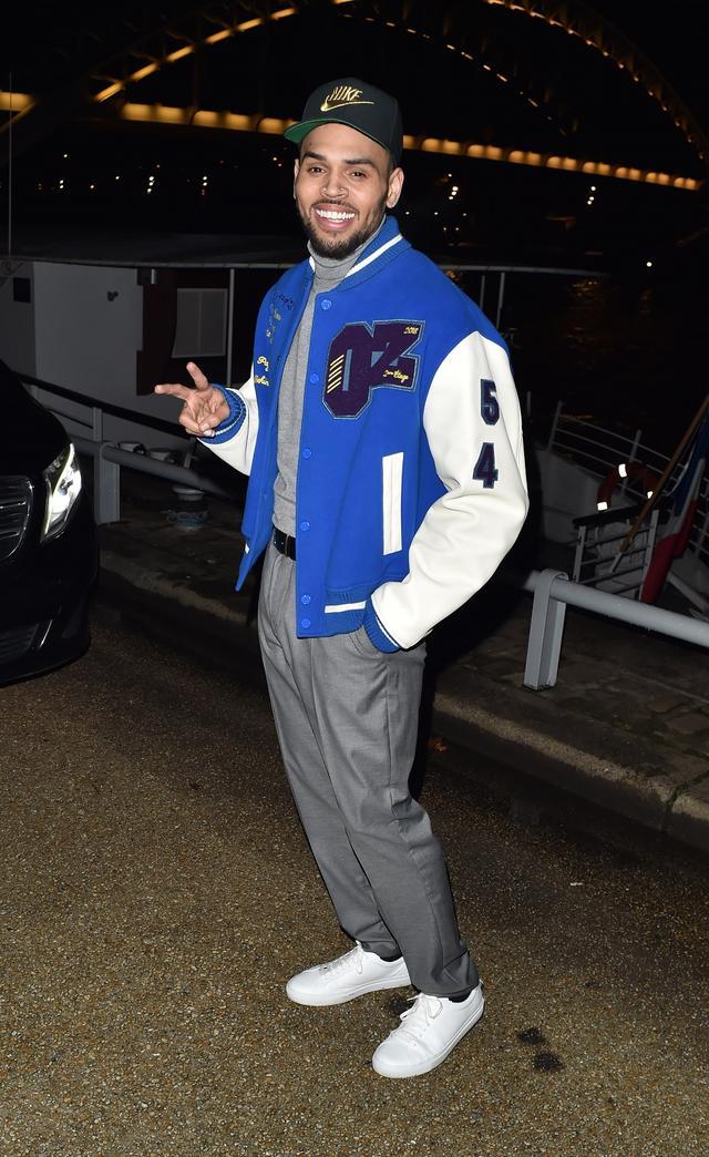 画像: 撮影現場に到着したクリスは、リラックスした様子でパパラッチにもめずらしく笑顔をふりまいていた。