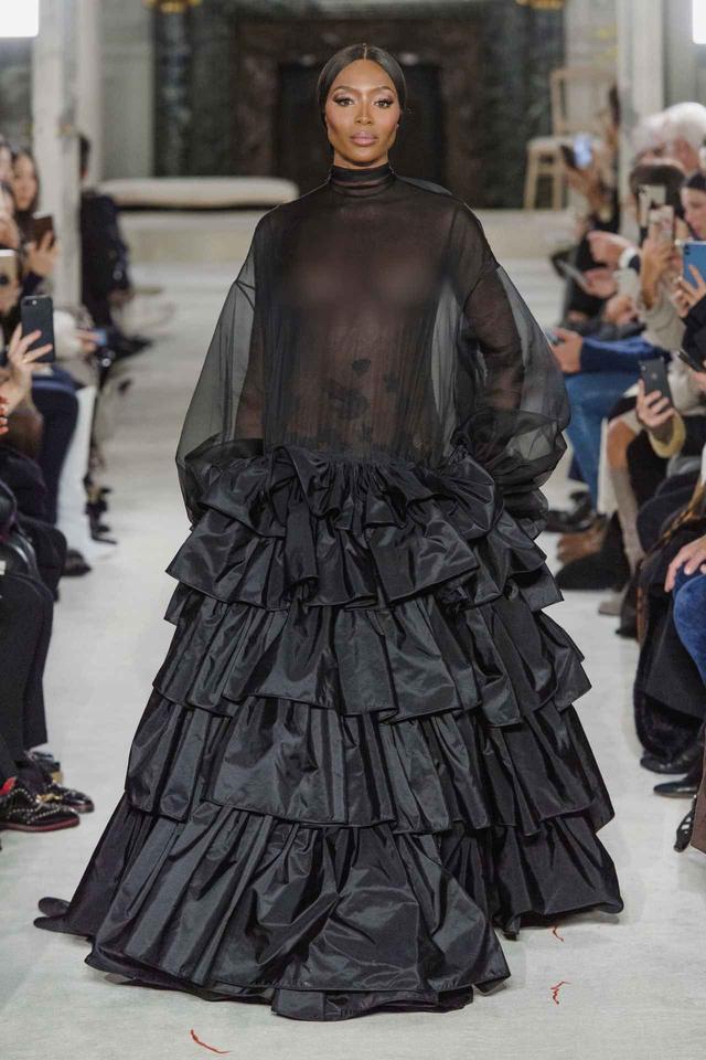画像1: ナオミ・キャンベル、「胸」が完全に見える大胆衣装で拍手喝采