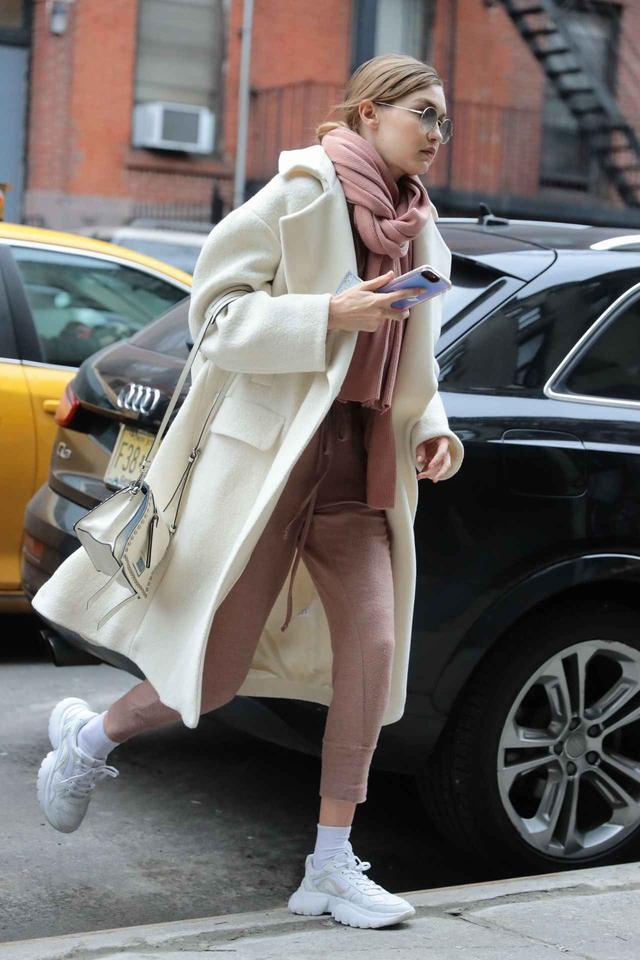 画像1: スニーカー+コートの絶妙コーデをトップモデル、ジジ・ハディッドから学ぶ