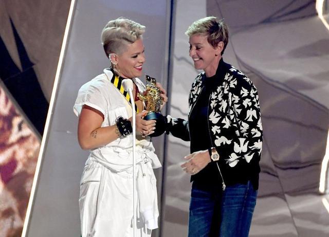 画像: 2017年 MTVビデオミュージックアワードに登場したピンクとエレン・ジェネレス