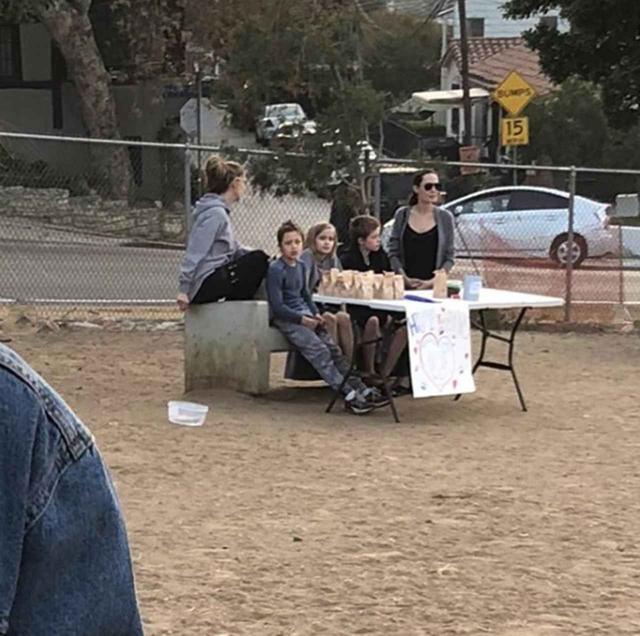 画像: 真ん中の3人がアンジェリーナの子供たち。左からノックス君、ヴィヴィアンちゃん、シャイロちゃん。 www.instagram.com
