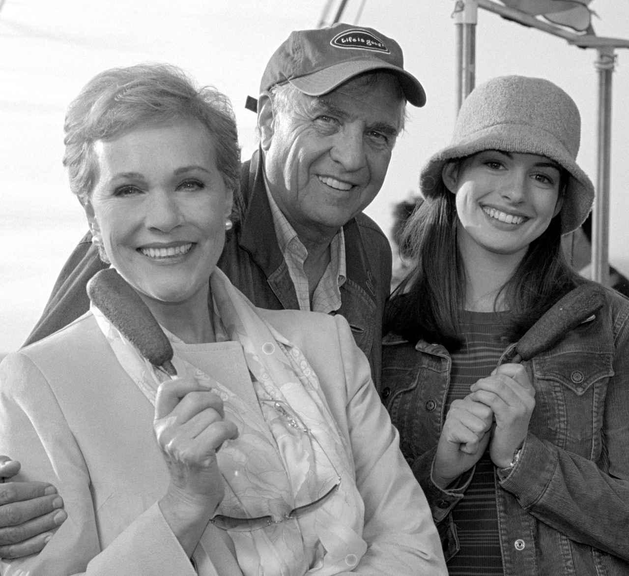 画像: ミアの祖母で女王役のジュリー・アンドリュース(左)ゲイリー・マーシャル監督(中央)アン・ハサウェイ(右)