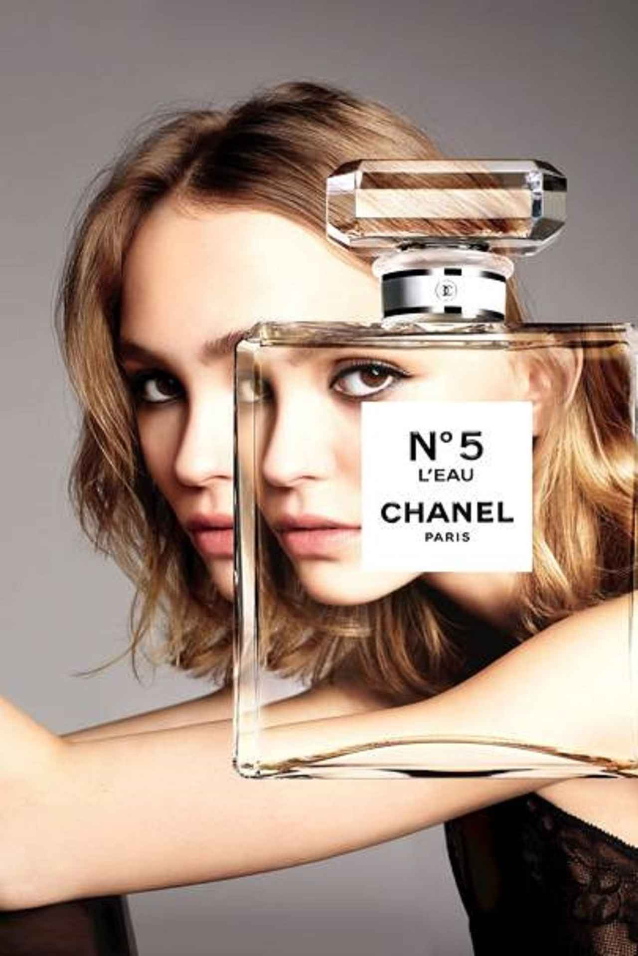 画像: リリーが登場したシャネルの香水「No.5」の広告。