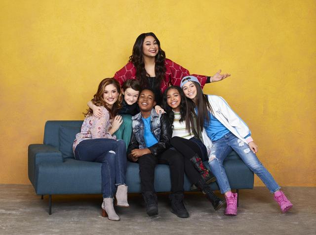 画像: 一番右に座っているのがスカイ。『レイブンズ・ハウス』は、ともにシングルマザーとなった大親友のレイブンとチェルシーが一緒に子育てをするストーリーで、オリジナル版と変わらずレイブンをレイヴン・シモーネ(中央上)、チェルシーをアンリーズ・ファン・ダー・ポール(左)が演じている。