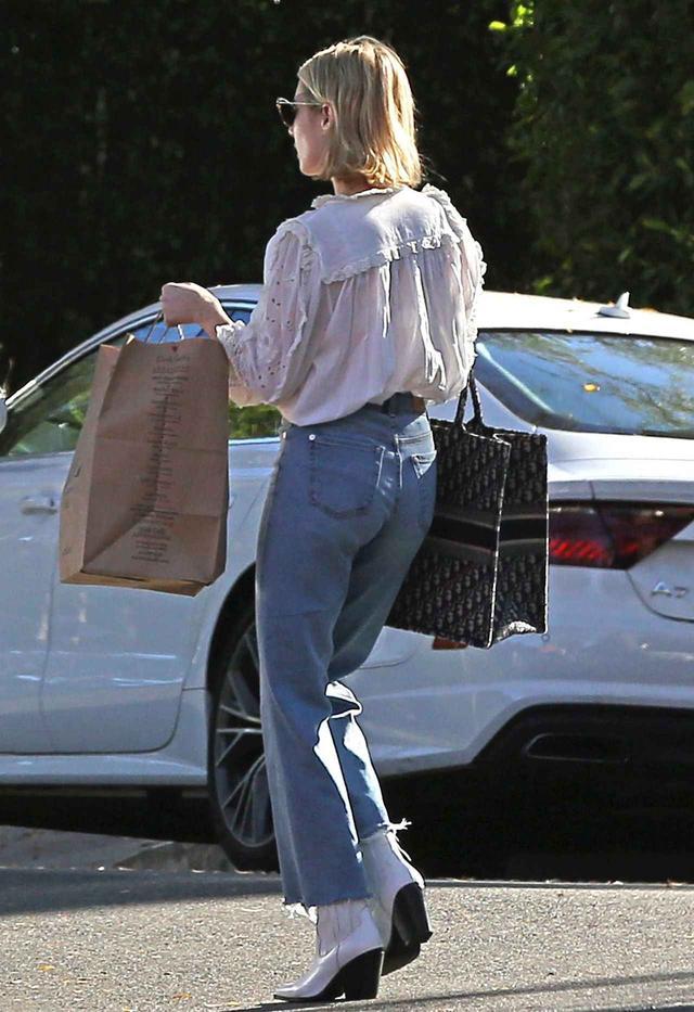 画像2: デニムはハイウエストが旬!エマ・ロバーツのデニムスタイルをチェック