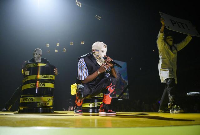 画像: ライブでは覆面マスクをつけてパフォーマンスするシーンも。