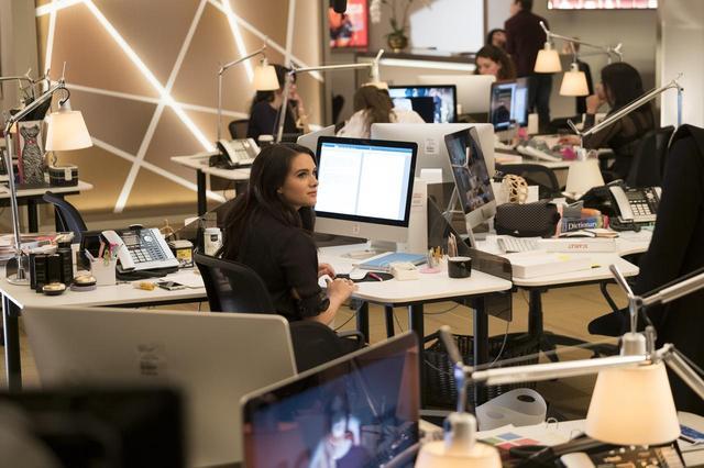 画像: 米Cosmopolitanのカリスマ元編集長ジョアンナ・コールズの半生がもとになっているドラマは、女性誌スカーレット編集部が舞台。