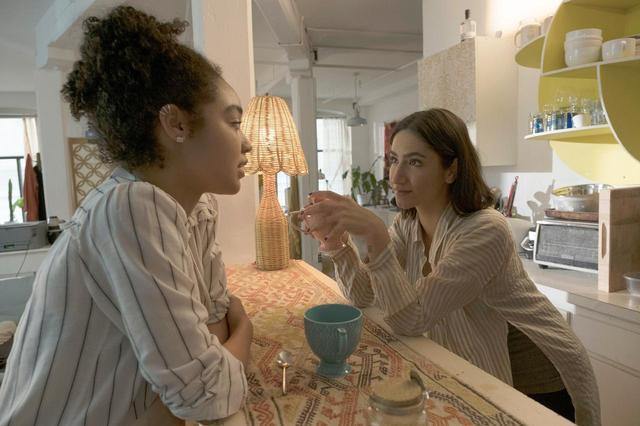画像: 写真家のアディーナとの出会いで、キャットの日常が変化していく。