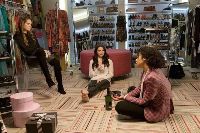 画像: タイプの違う3人の女性たちは、編集部の衣装部屋に集まって悩みや成功を共有し合う。