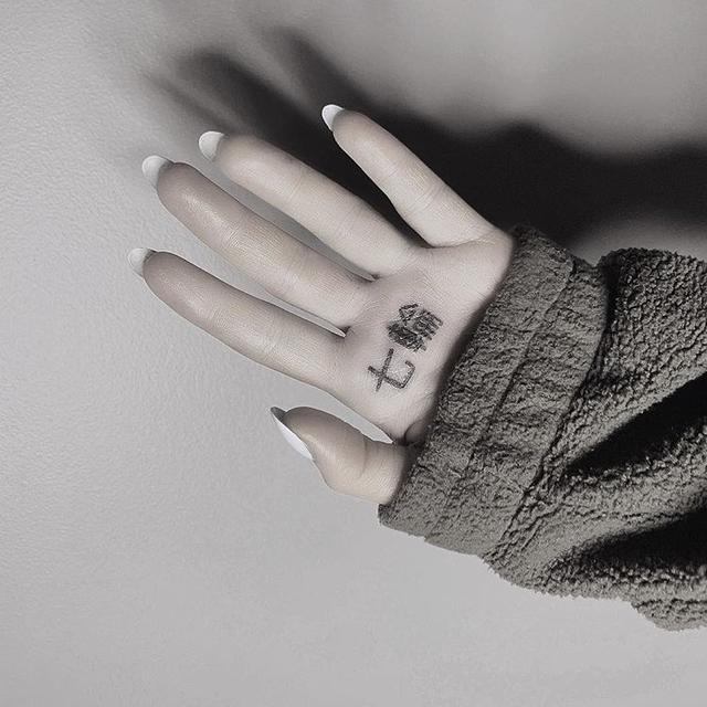 画像: 彫り師のケイン・ナヴァサールが公開したアリアナの「七輪」タトゥー。©KaneSavanard/ Instagram
