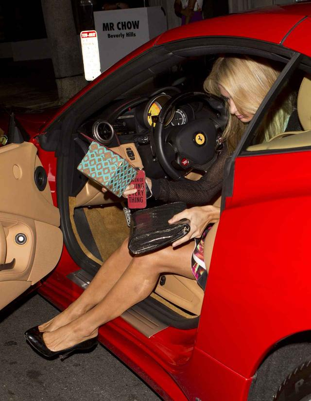 画像: 車体の低いスポーツカーは(女子的には)乗り降りが大変だけど、エレガントに降車するパリス。