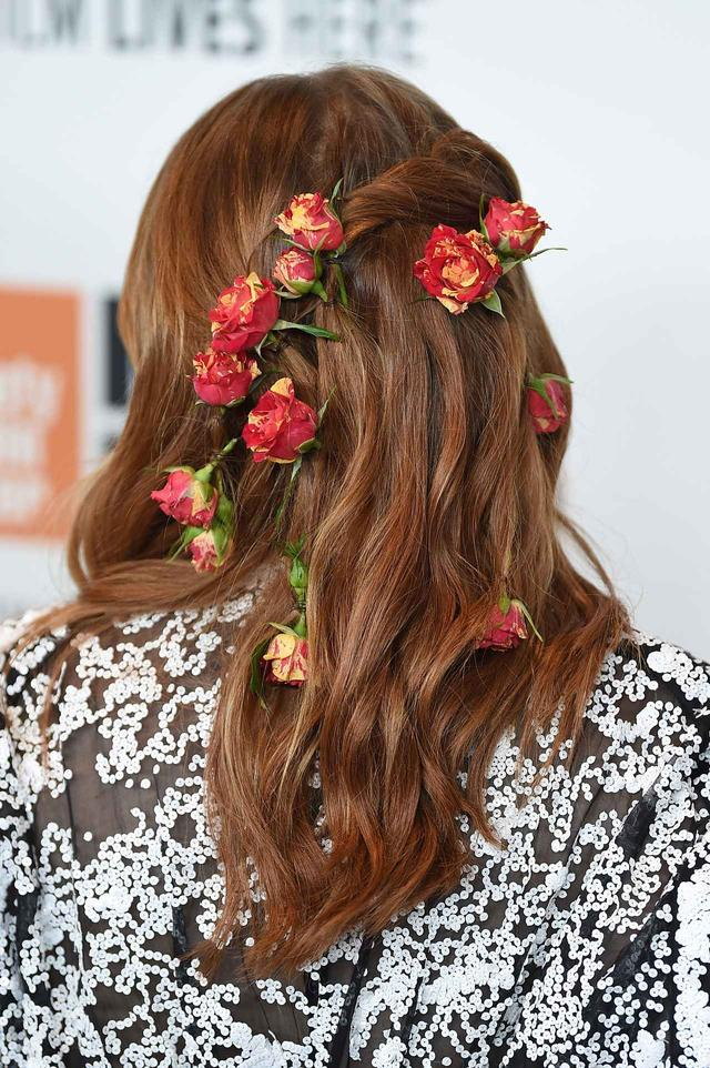 画像2: 髪に花を飾ったロマンティックなヘアアレンジ