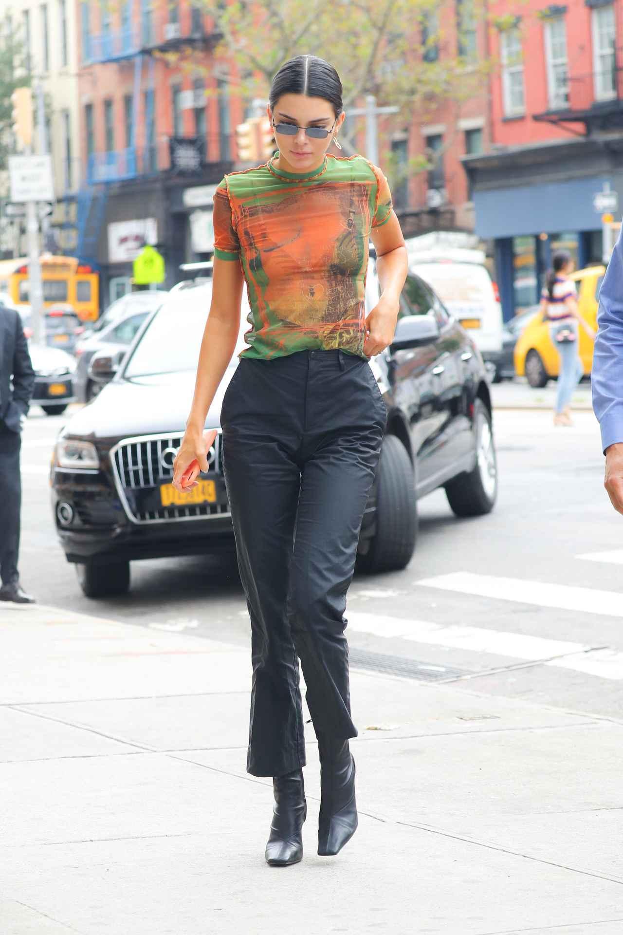 画像1: ケンダル・ジェンナーの服を拝借?姉が同じ服を着用