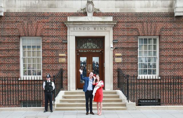 画像: 2018年4月、リンド・ウィングの玄関前で生まれたばかりのルイ王子をお披露目したキャサリン妃&ウィリアム王子夫妻。
