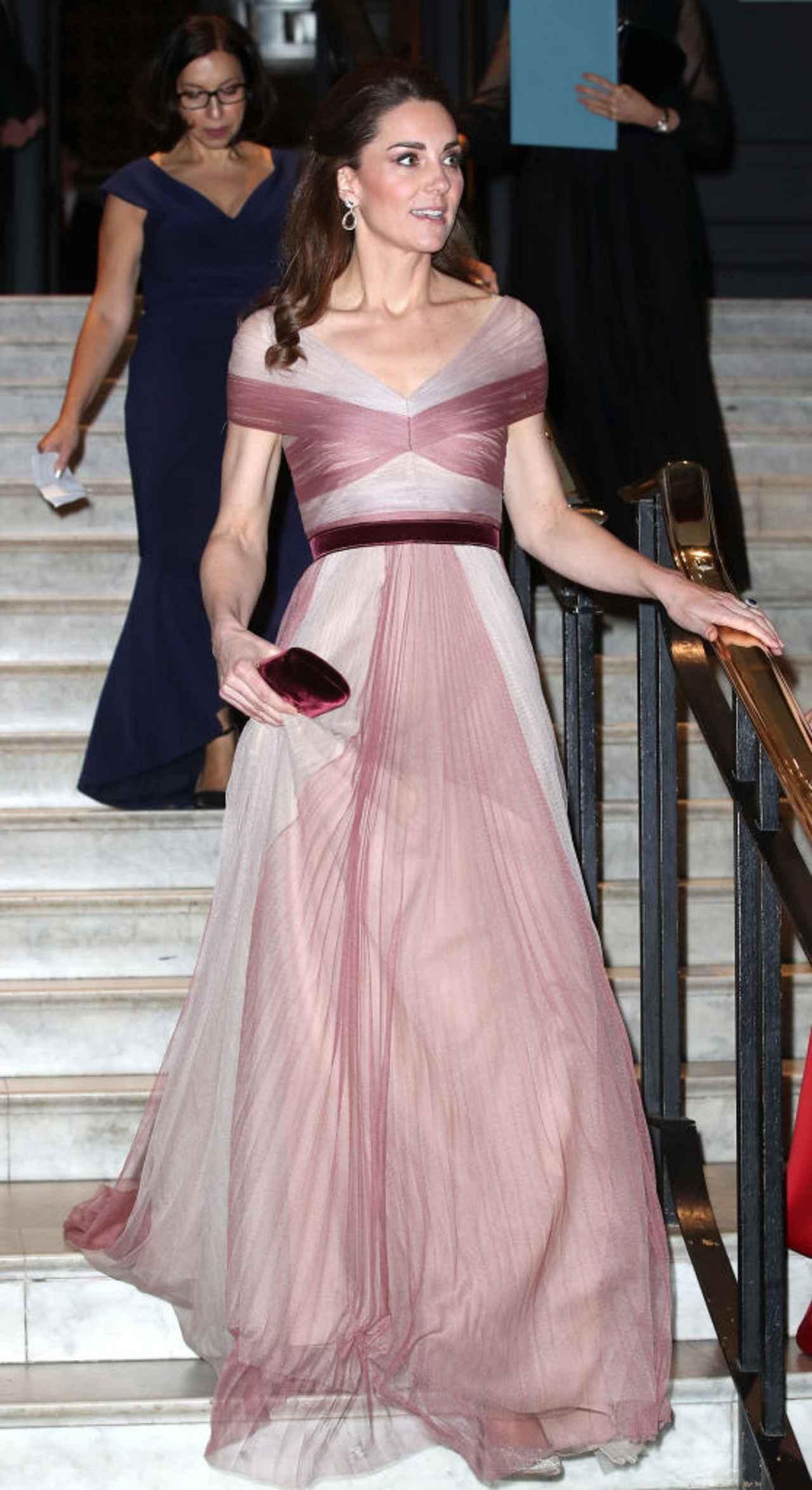 画像1: キャサリン妃、季節はずれの「さくら色ドレス姿」がまるでオーロラ姫