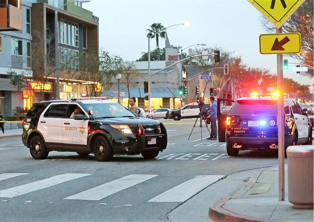 画像: 警察によって非常線がはられて緊迫するウェストハリウッドの現場。