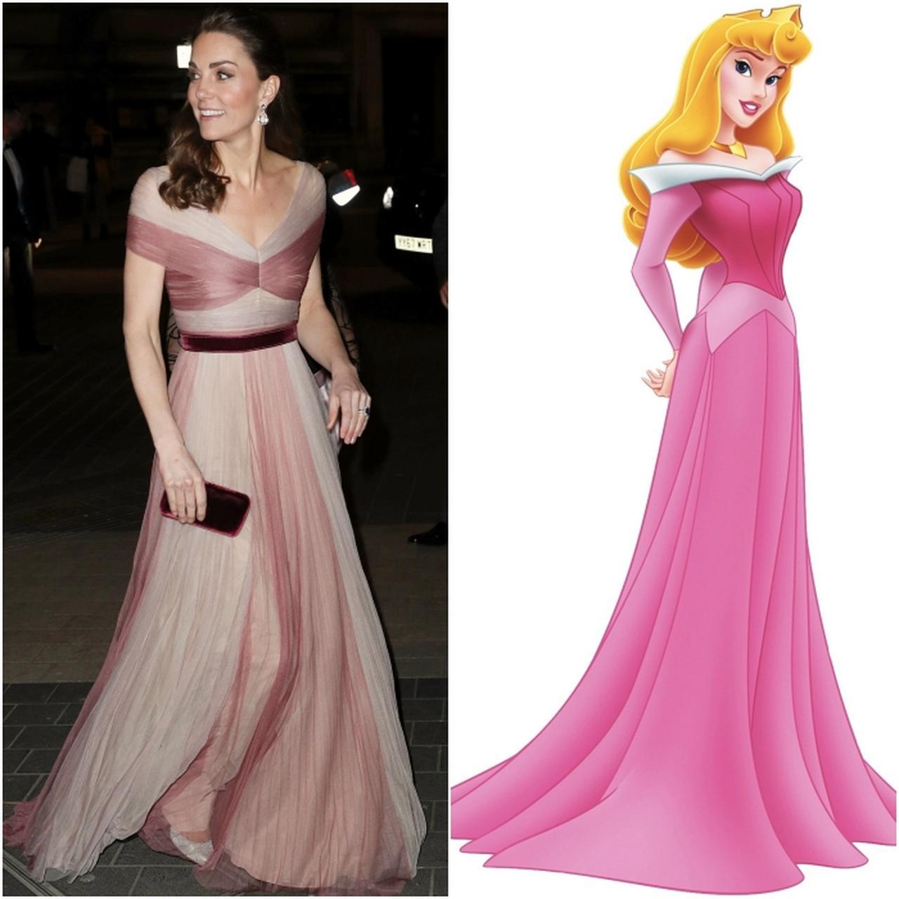 画像: 言われてみれば、確かに、ピンク色を基調としたフロアレングスの配色ドレスで、デコルテがすっきりと見える浅めのVネックのラインが少し似ている? 右写真:©ニュースコム