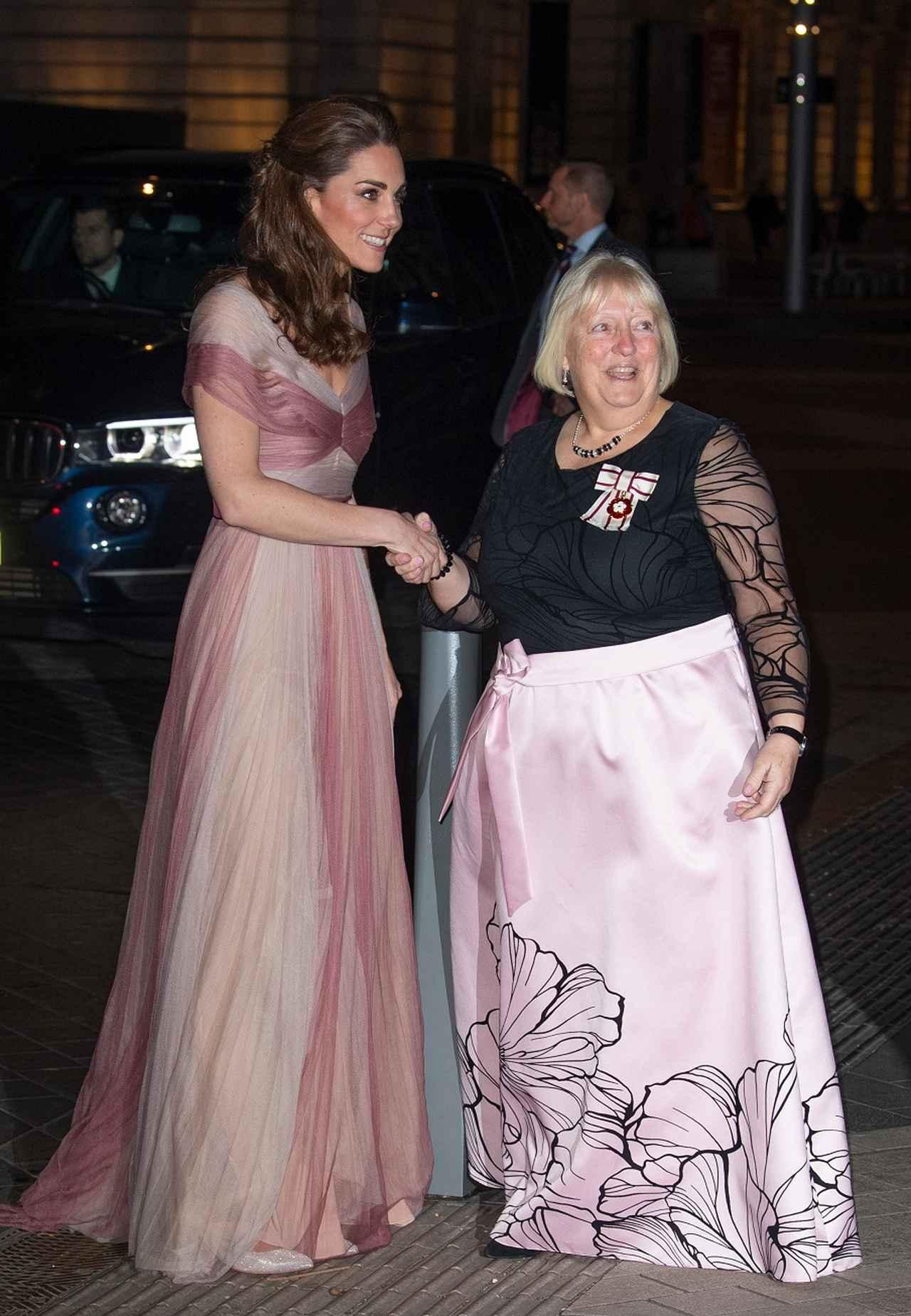 画像2: キャサリン妃、季節はずれの「さくら色ドレス姿」がまるでオーロラ姫