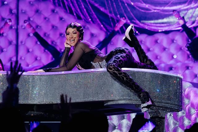 画像: グラミー賞でパフォーマンスを披露したカーディ。