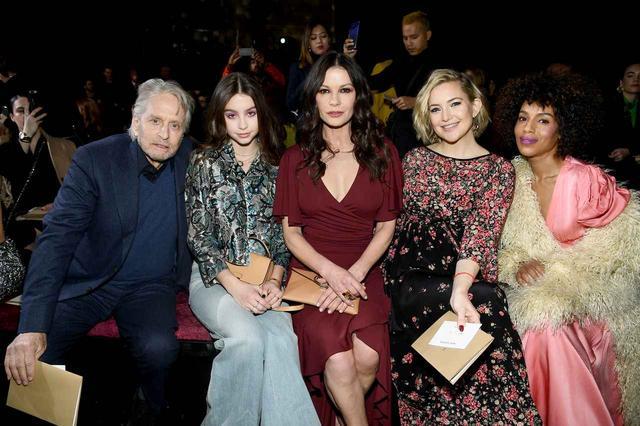 画像: 左から俳優のマイケル・ダグラス、娘のケーリー・ゼタ・ダグラス&女優のキャサリン・ゼタ・ジョーンズ、ケイト・ハドソン、ケリー・ワシントン。