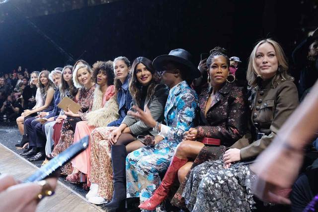 画像: 大物女優たちがフロントロウに並ぶ。