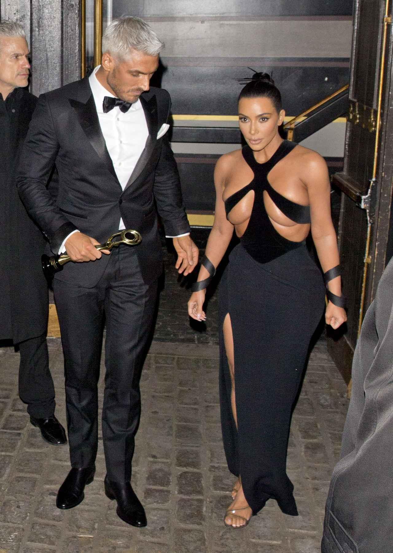画像1: ハイリスクなドレスを着てアワードに出席
