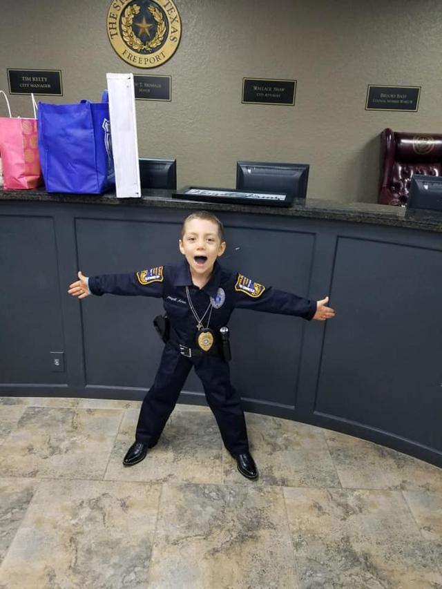 画像4: 末期ガンの6歳の少女、警察官になりたいという夢を叶える