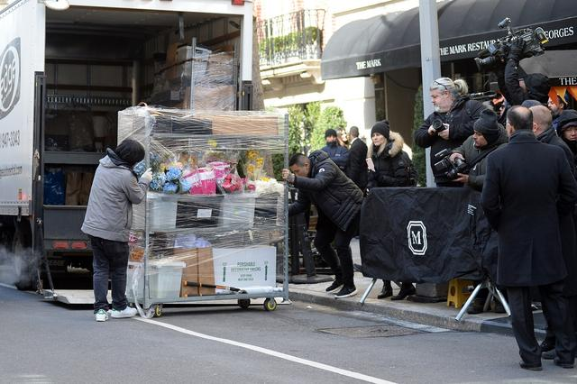 画像: 業者が大量の花束を搬入。