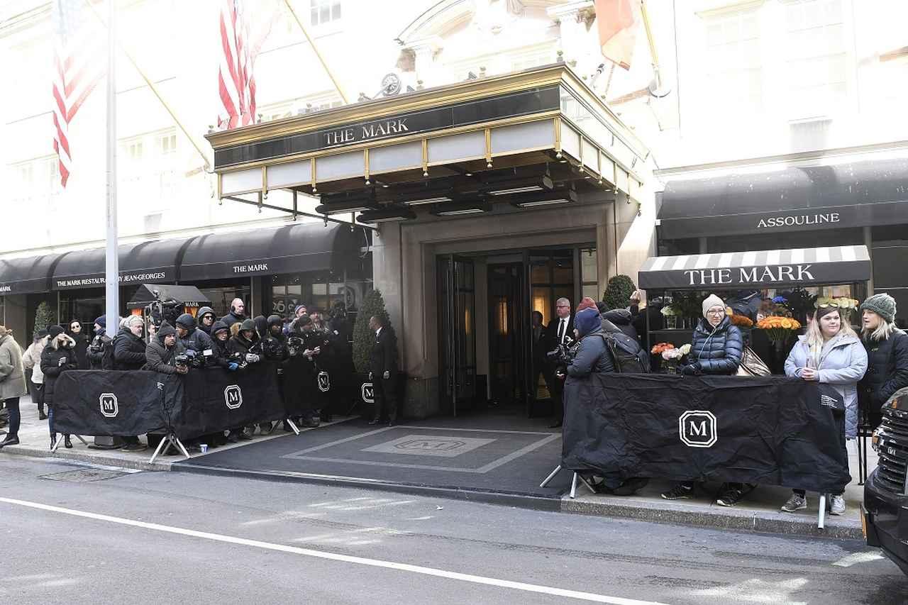 画像: ホテル前にはパパラッチ対策のフェンスが設置。