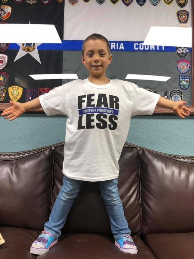 画像1: 末期ガンの6歳の少女、警察官になりたいという夢を叶える