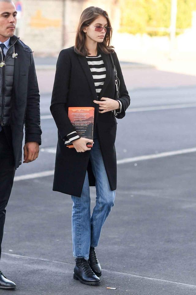 画像1: ジミー チュウのブーツを人気モデル、カイア・ガーバーがデニムに合わせて連日愛用!