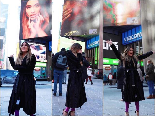 画像: タイムズスクエアで新曲のビジュアルを見つけ、笑ったり泣いたりコロコロと表情を変えて感激するアリー。