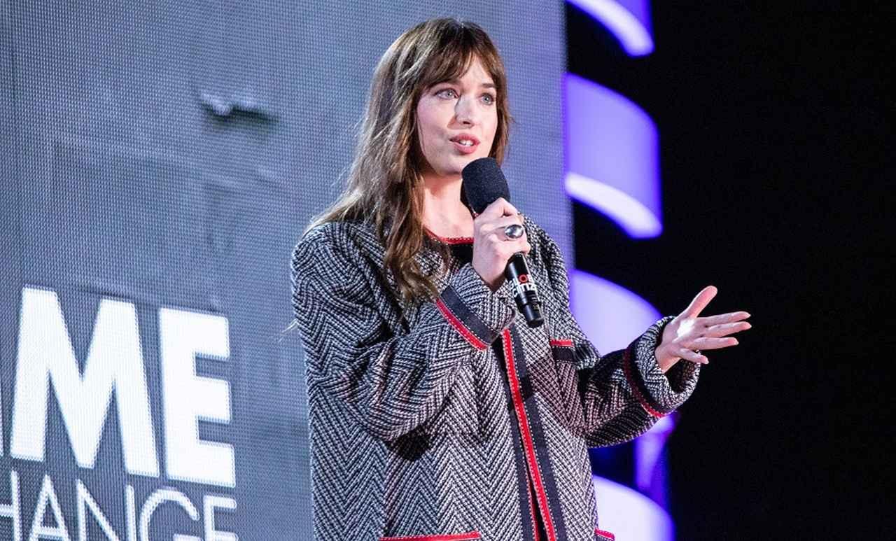 画像: グローバル・シチズン・フェスティバルのステージでスピーチしたダコタ。