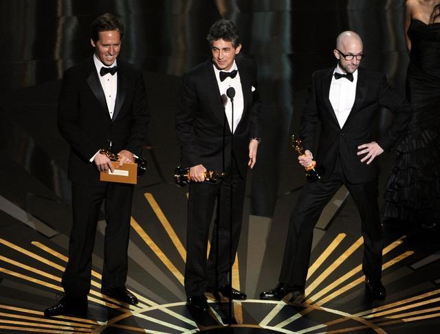 画像: 会場でも、ドレスが出たアンジェリーナの右足を真っ先に見たジム・ラッシュがステージ上でさっそくパロディする一幕も。